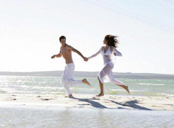 бегущие по пляжу