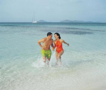 влюбленные бегут по воде